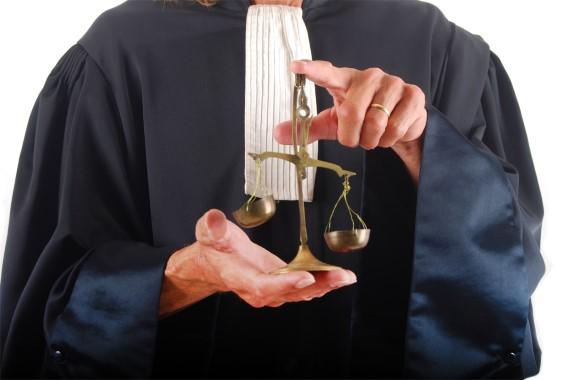 La justice illustrée par un homme tenant habillé en toge tenant une balance dans ses mains